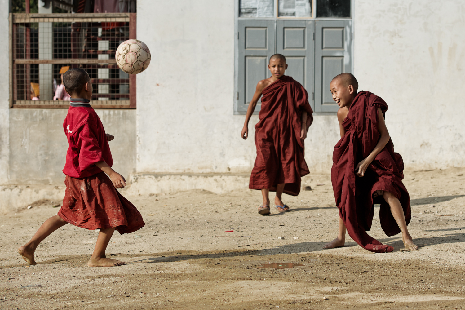 #childrenoftheworld #myanmar #travel #travelphotography #humanity_shots_ #monks #football #view #burma #novizes